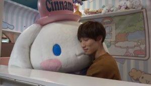 渡辺翔太がシナモンロールに抱き着いて落ち着く画像