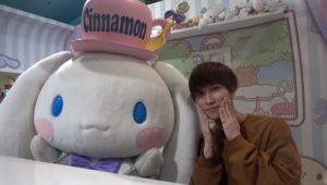 渡辺翔太がシナモンロールとポーズを決める画像