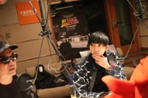 松重豊の息子がTBSラジオブースで考えている画像