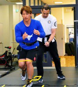 西川遥輝と室伏広治が片足でのスクワットトレーニングをしてる画像