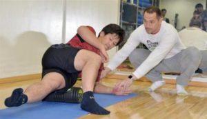 吉田正尚と室伏広治の筋肉をほぐしている画像