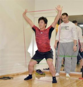 吉田正尚と室伏広治の筋肉トレーニング風景画像