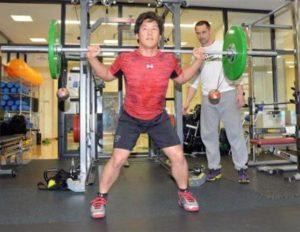 吉田正尚と室伏広治のバーベルトレーニング画像