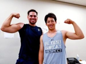 吉田正尚が筋肉アピールしている画像