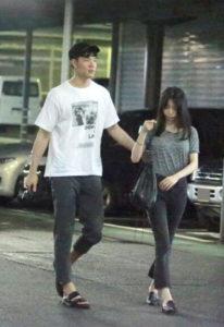 森矢カンナと彼氏の馬場雄大がスーパー駐車場を歩いている画像