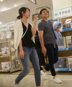山崎康晃と彼女がショッピングしている画像