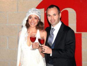 アンドレス・イニエスタと嫁・アンナ・オーティズが結婚式で乾杯してる画像