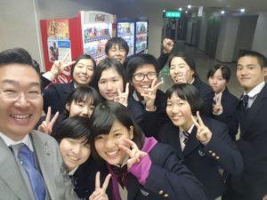 岡田健史と演劇部の仲間の集合写真