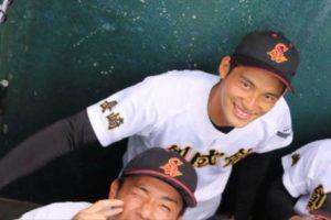 岡田健史の創成館高校時代の他の野球部員と一緒に写ってる画像