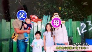フワちゃんの両親と弟の写った家族写真