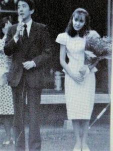 若い頃の安倍晋三首相に隣で寄り添う安倍昭恵の画像