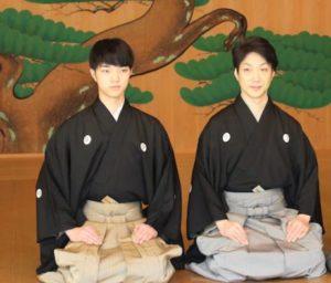 野村萬斎と息子の野村裕基が横並びで正座している画像