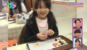 秋元真夏が7歳の時にクッキーを作ってる画像