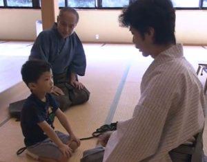 野村萬斎と息子の野村裕基と野村万作が一緒に稽古している画像