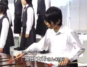 常田大希が昔の中学時代にNHK合唱コンクールに出場してマリンバを演奏する画像