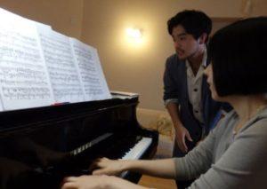 井口理が東京藝術大学時代に兄との共演に備えて練習する画像