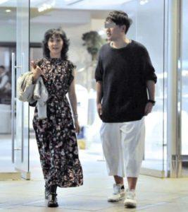 南果歩が離婚後に彼氏と疑われた男性と二人で歩く画像