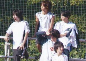 松村北斗とジャニーズメンバーが高校の体育祭で座って待っている画像