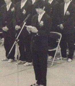 向井康二が高校時代に卒業生代表で答辞を読んでいる画像