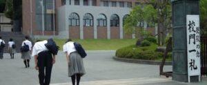 関西中央高校が「校門一礼」を徹底している画像