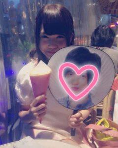加藤史帆が七五三掛龍也のうちわを持ってニッコリと微笑んでいる画像