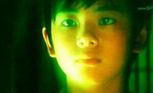 北村匠海が2009年ドラマ『外事警察』に渡部篤郎の幼少期役で出演した画像
