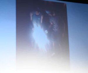 北村匠海と矢部昌暉が二人で花火をしている画像